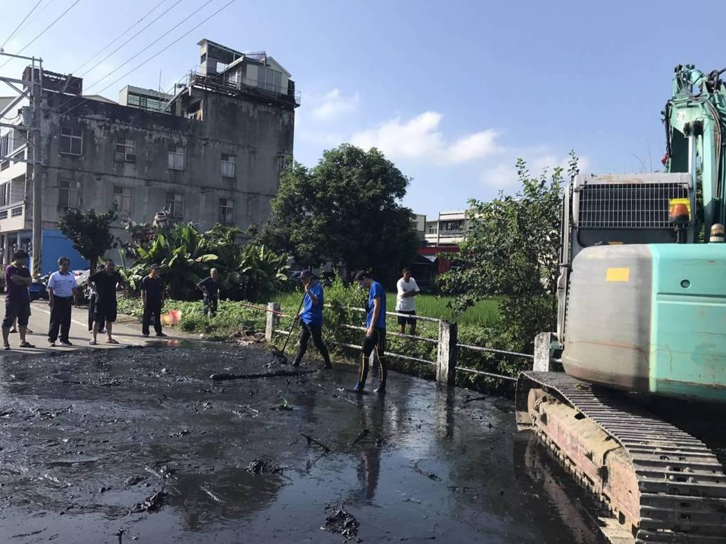 警方出動三部大型防汛抽水機和怪手,費了九牛二虎之力抽乾了溪流大排,終能起出作案用...