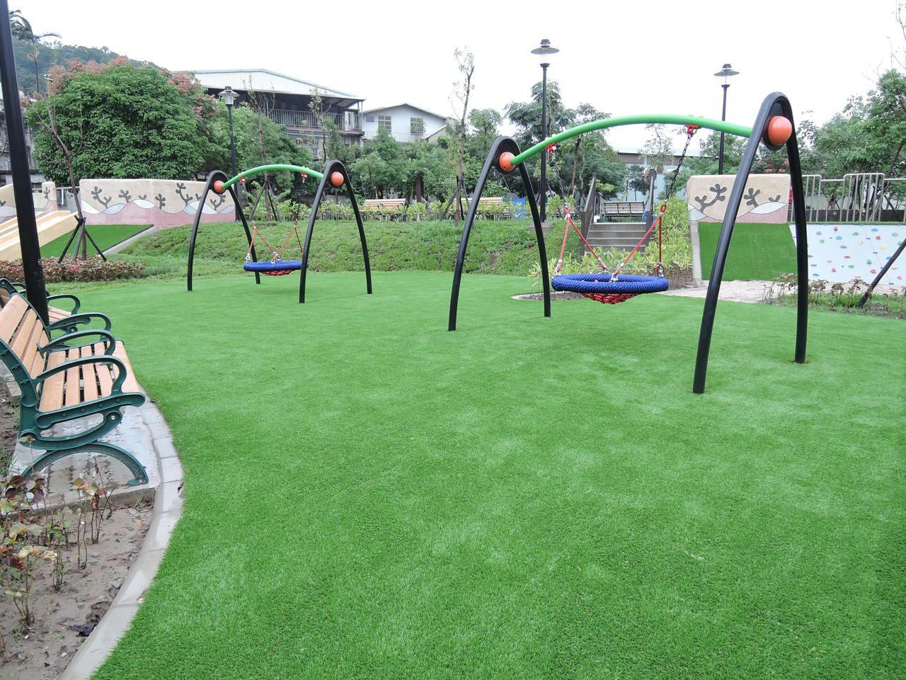 樹林鹿角溪公園設有共融式遊具,提供社區民眾親子休閒的好場所。記者陳珮琦/攝影