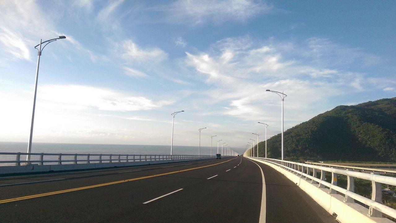 全長1.3公里的「金崙大橋」,目前速限為50公里,但因道路寬敞筆直,通車以來警方...