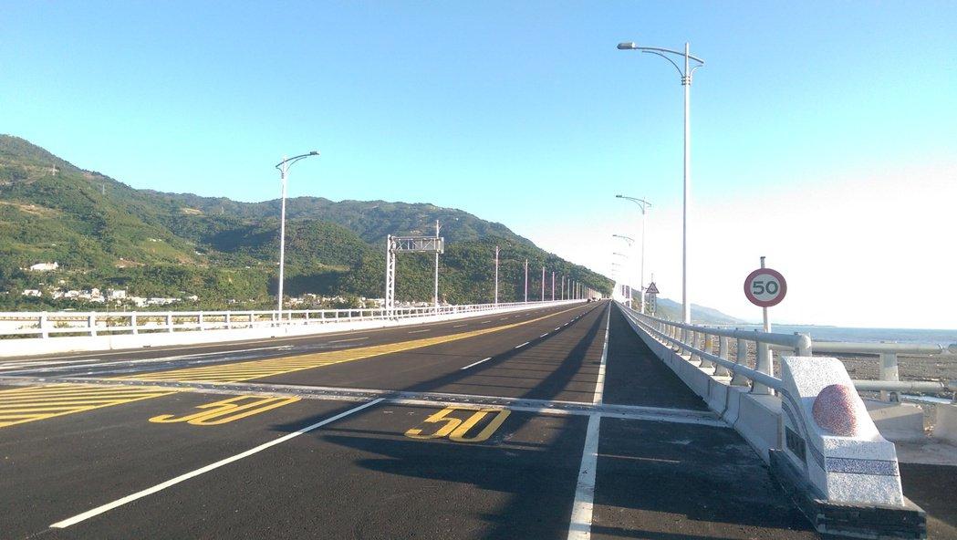 全台最美高架橋「金崙大橋」,警方從今天起每天早上8點至中午12點,實施超速取締,...