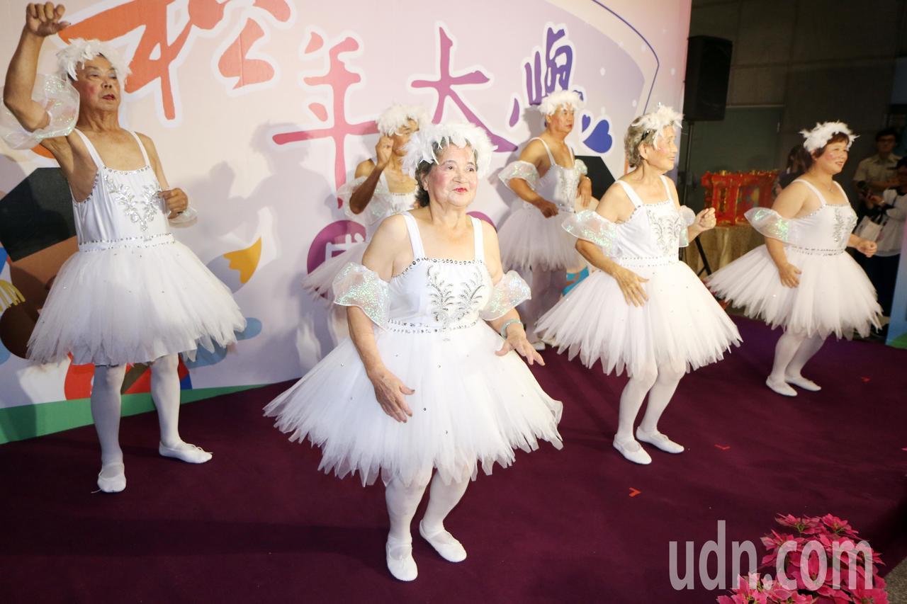 來自坪林的阿公阿嬤組成的「飛松舞團」選擇跳玖壹壹知名歌曲,讓現場氣氛HIGH到最...
