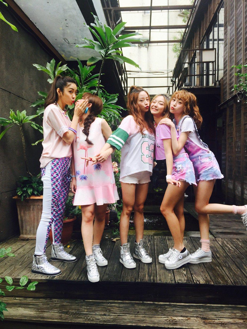 女團TUD,左起小班、Kadi、晚玩、貝果、靖軒。圖/校盟影業提供