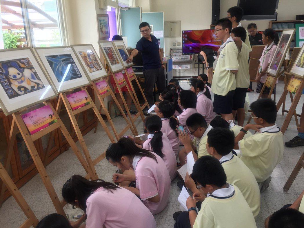 劉其偉藝特展,六甲國中學生一起欣賞。記者吳政修/攝影