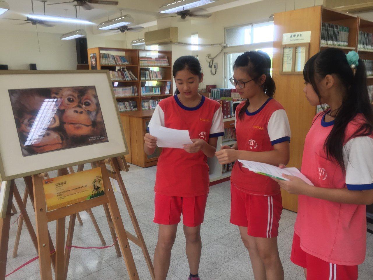 劉其偉藝特展,有導覽的學生志工講解。記者吳政修/攝影