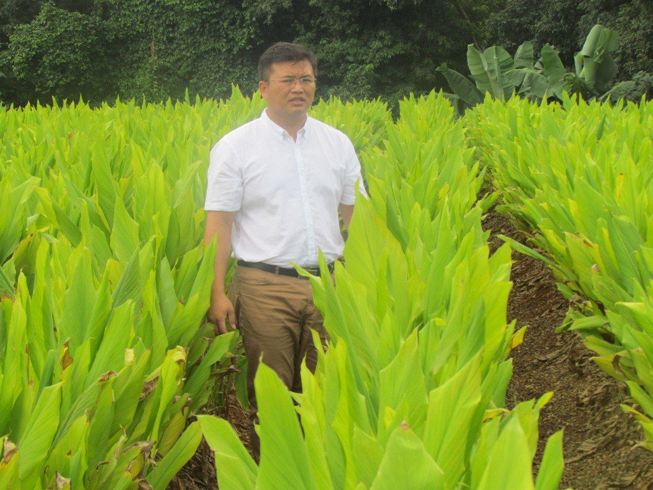 謝瑞裕說,下田是檢視農業知識的最佳途徑。記者張家樂/攝影