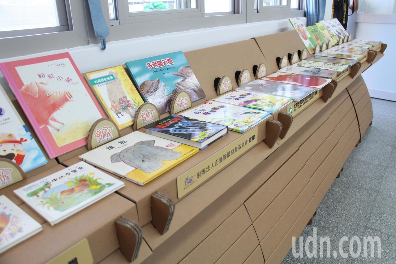 正隆紙廠今日上午捐贈月眉國小紙圖書館,圖書館內的書架、桌椅都是由回收的瓦楞紙製成...