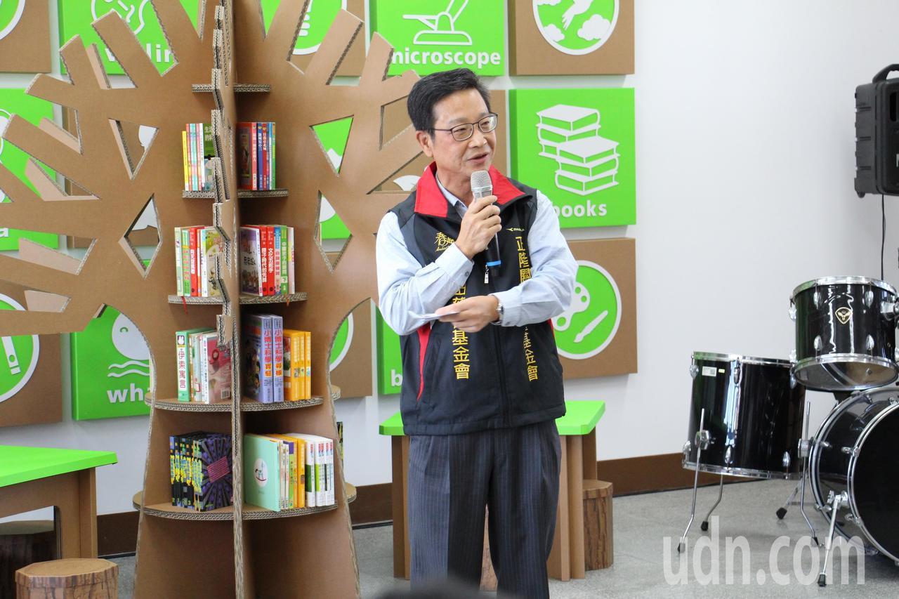 正隆關懷兒童基金會執行長陳階陽說,期望這做紙圖書館能帶給學童更多的閱讀樂趣。記者...