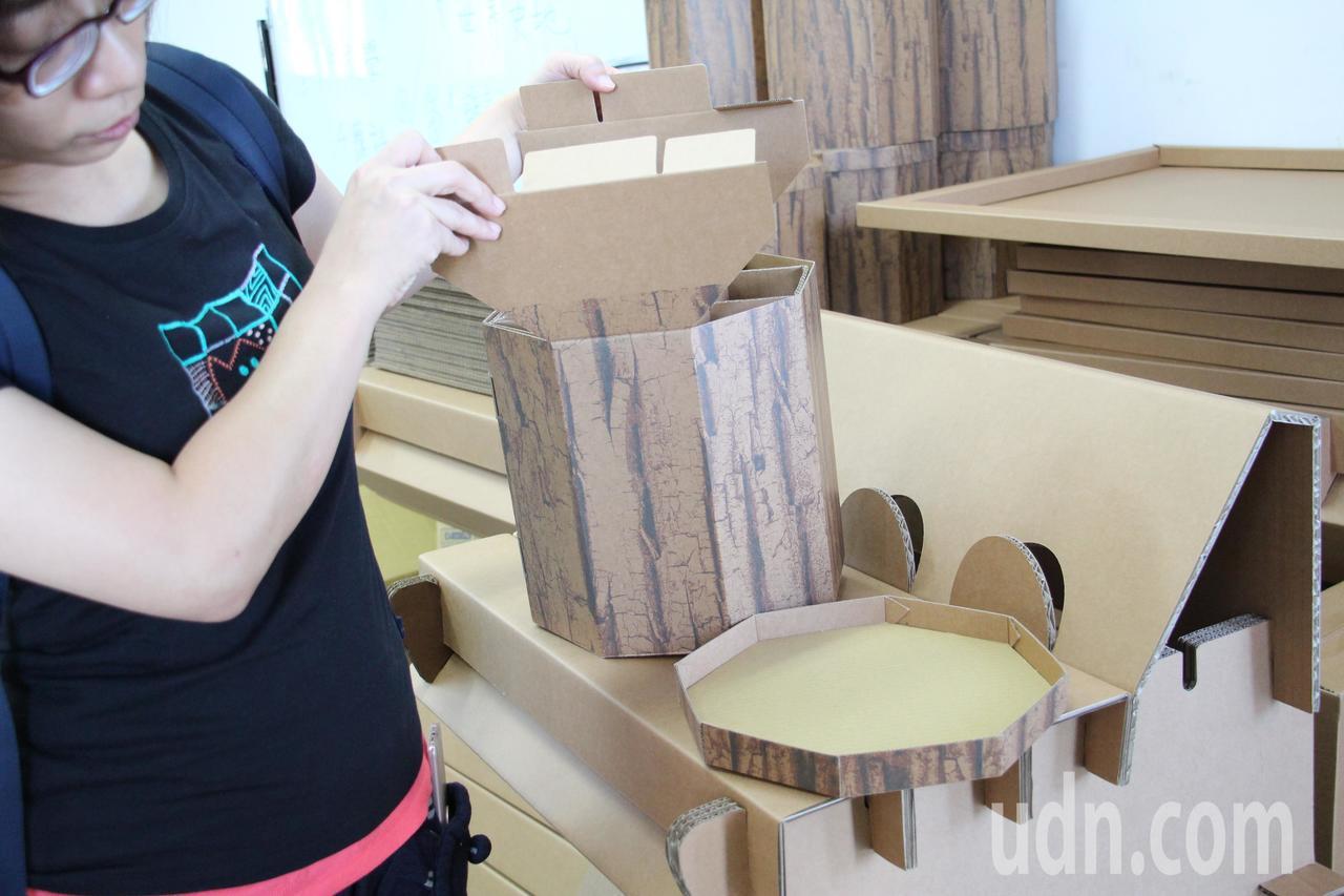 現場正隆紙廠的人員示範紙桌椅的製程,相當有趣堅固。記者洪上元/攝影