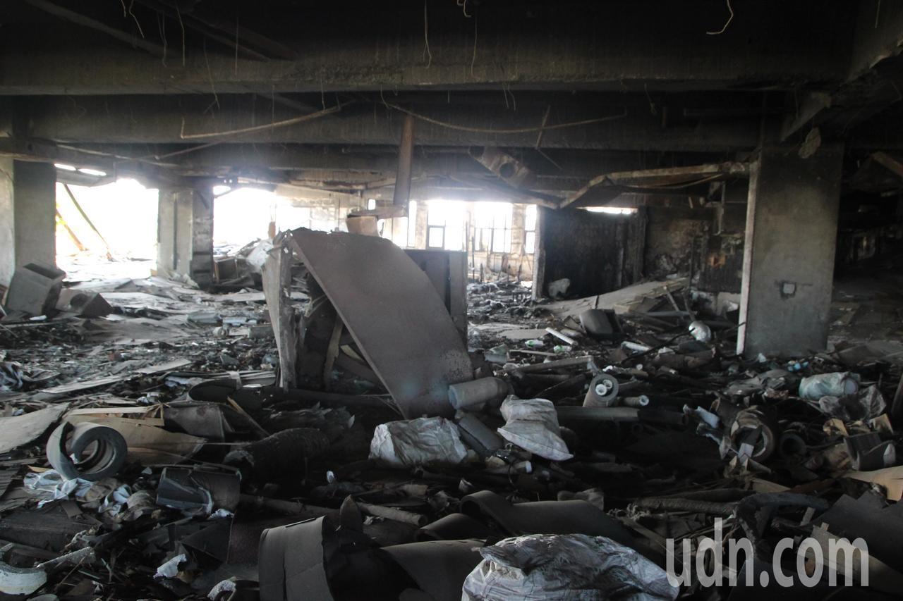 喬友大樓部分層樓仍堆滿雜物,讓有心活化的所有權人相當無奈。記者林敬家/攝影