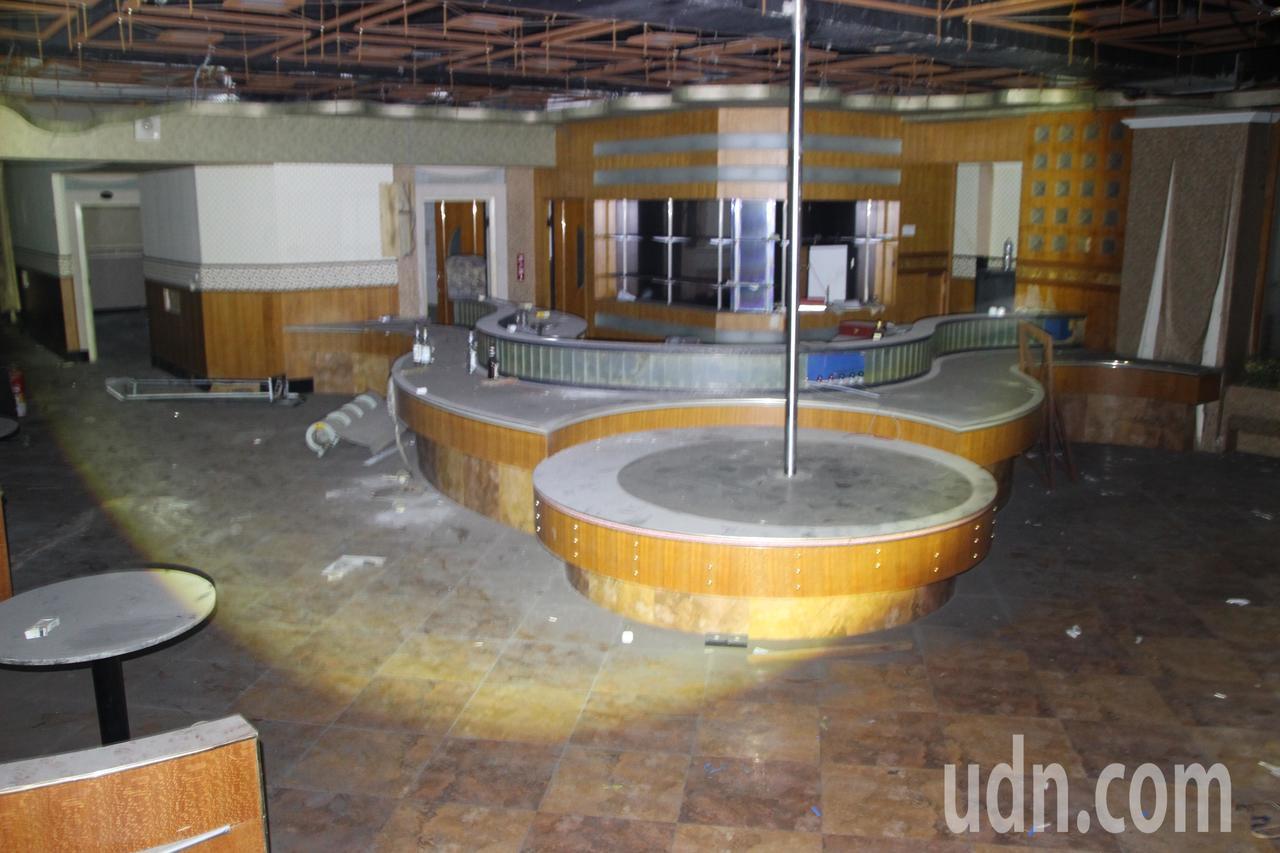 喬友大樓3樓曾為舞廳,內部裝潢仍在。記者林敬家/攝影