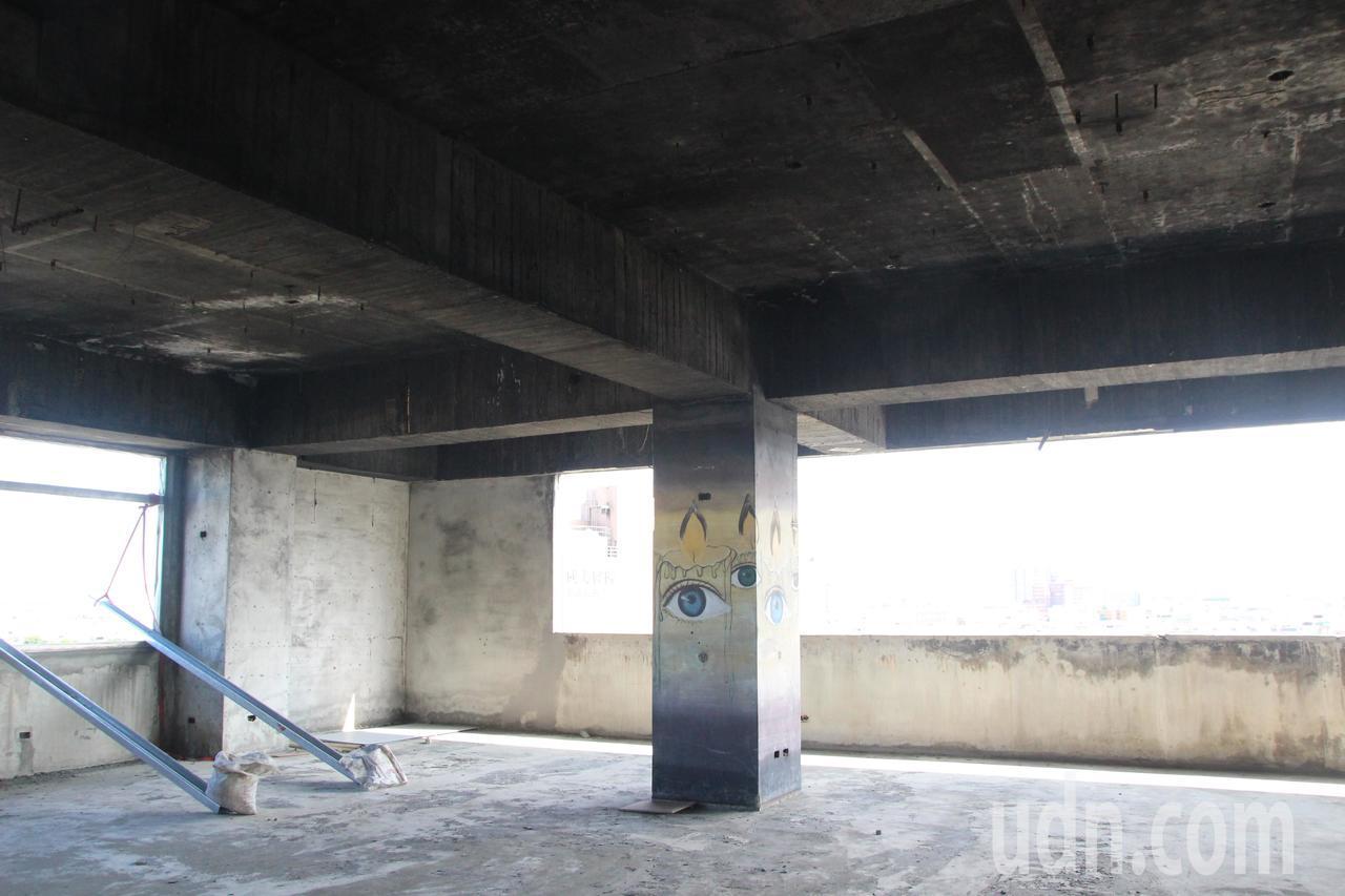 喬友大樓9樓曾做過溜冰場與撞球場,所有權人耗費心力整理環境,牆上還看的到塗鴉狀況...