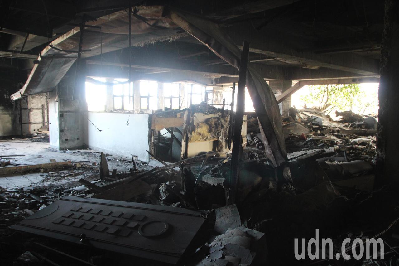 喬友大樓6樓曾火燒,目前仍堆積許多雜物。記者林敬家/攝影