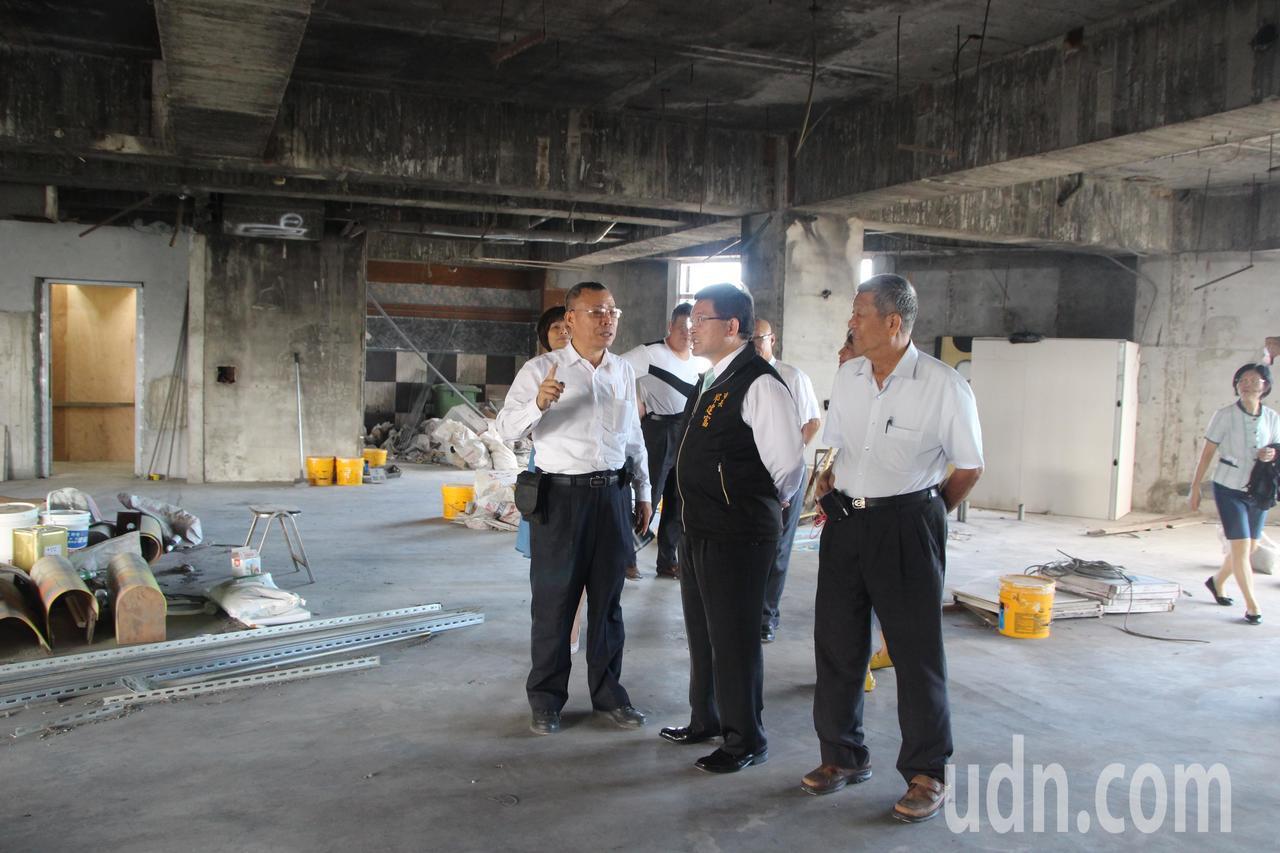 彰化市長邱建富今天到喬友大樓與管理委員會接觸,了解現況。記者林敬家/攝影