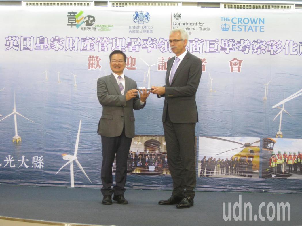 英國皇家財產管理署司長羅恩(右)接受彰化縣長魏明谷贈送風機模型。記者簡慧珍/攝影