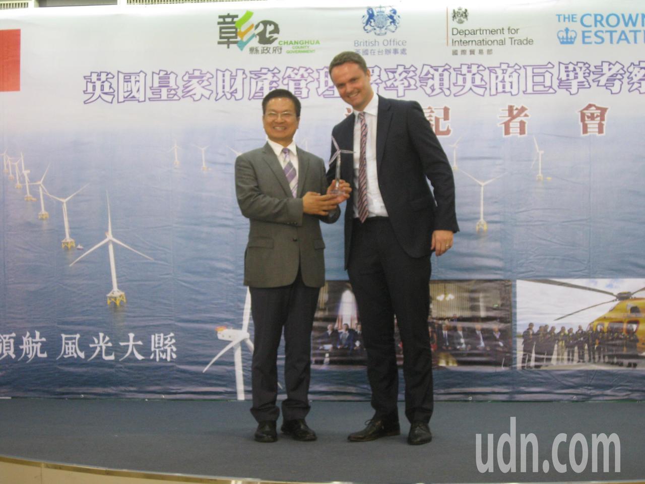 彰化縣長魏明谷(左)贈送琉璃風機模型,英國在台辦事處副代表畢騰安十分驚喜。記者簡...