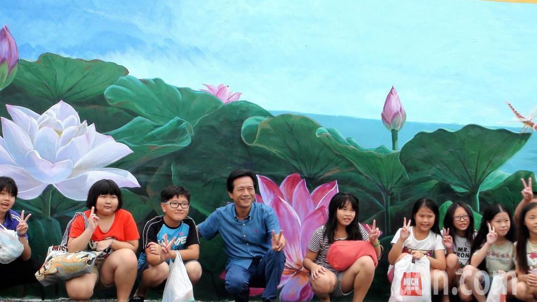 雲林縣林內鄉公所近日在林中村大氣廣場的圍牆彩繪一幅巨型荷花圖,因為栩栩如生,還沒...