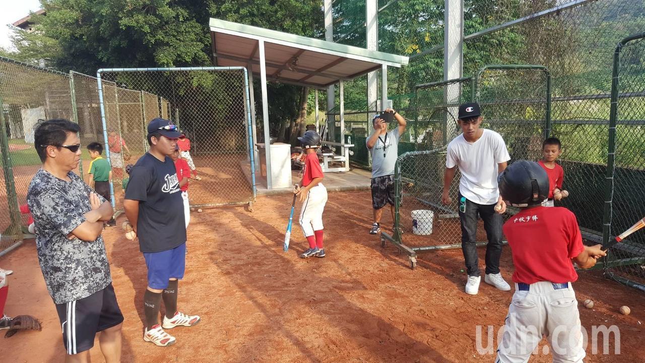 中職富邦悍將球員申皓瑋(右2)回母校千秋國小,指導學弟們打球。記者張家樂/攝影