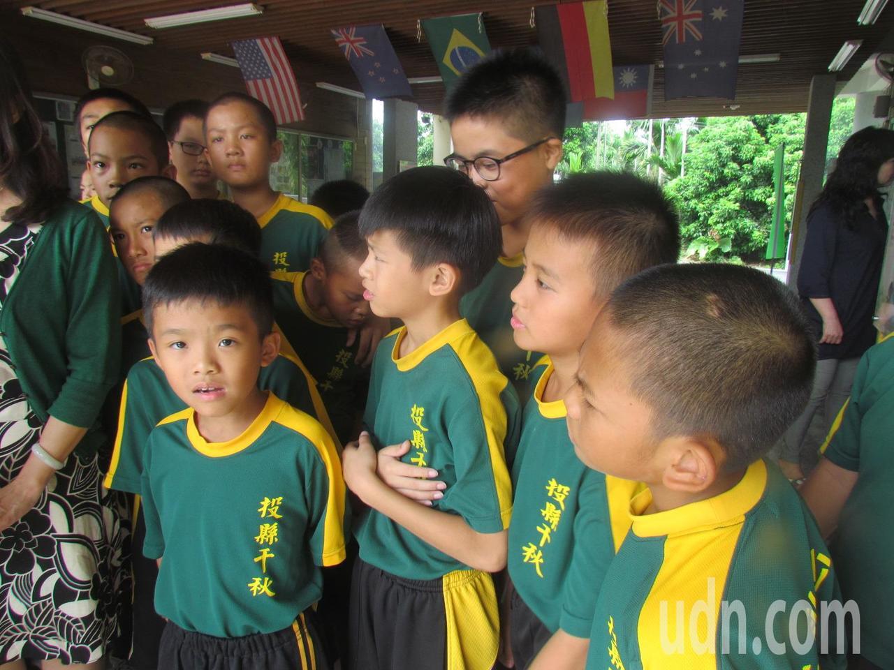 千秋國小少棒隊的社區後援會來訪,小球員都很興奮。記者張家樂/攝影