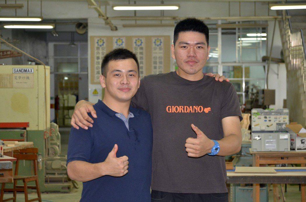 公東高工的國手鄭欽豪(左)榮獲今年第44屆阿布達比國際技能競賽家具木工職類金牌;...