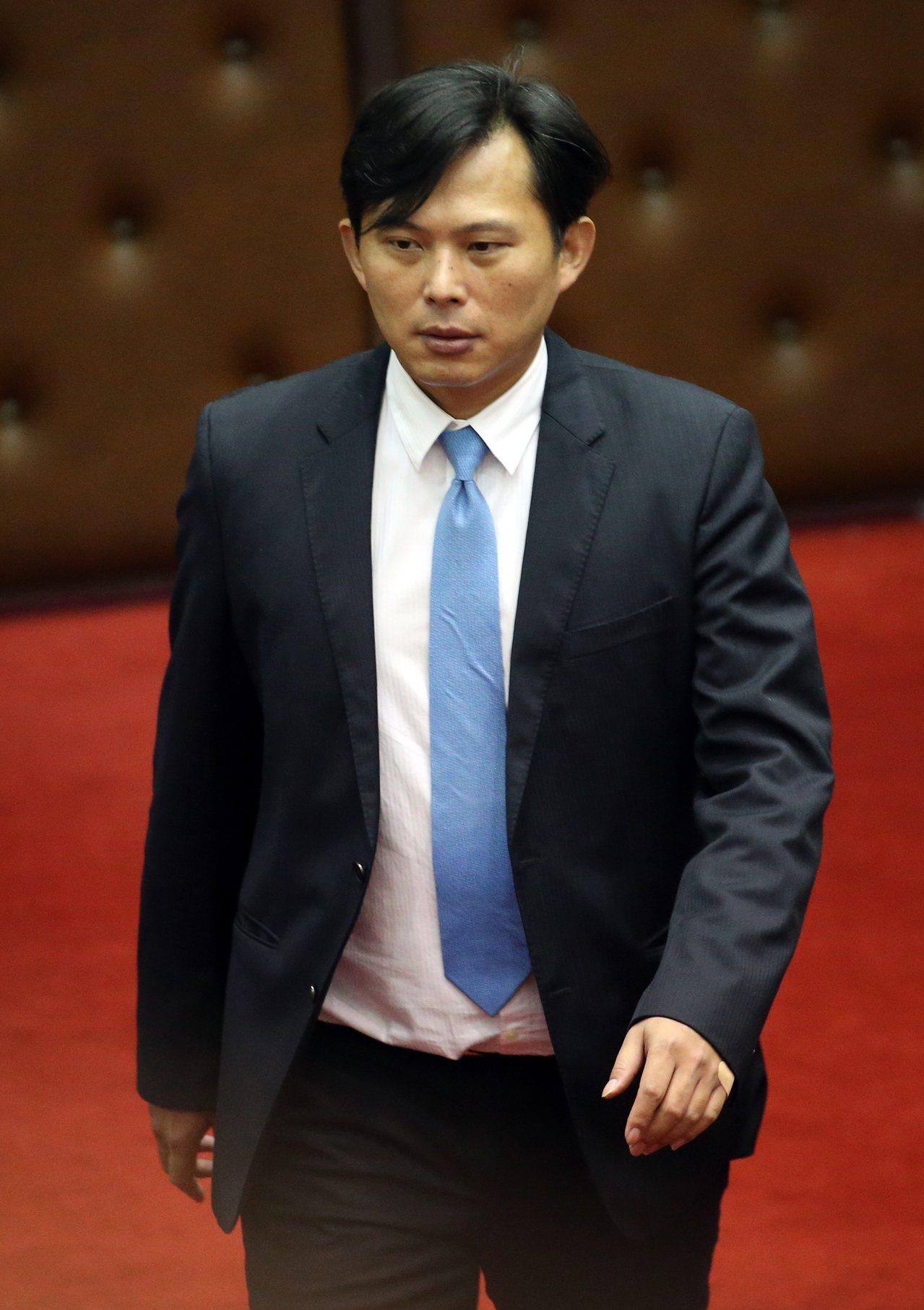 立委黃國昌(圖)質詢經濟部慶富「獵雷艦」詐貸案一事。記者許正宏/攝影