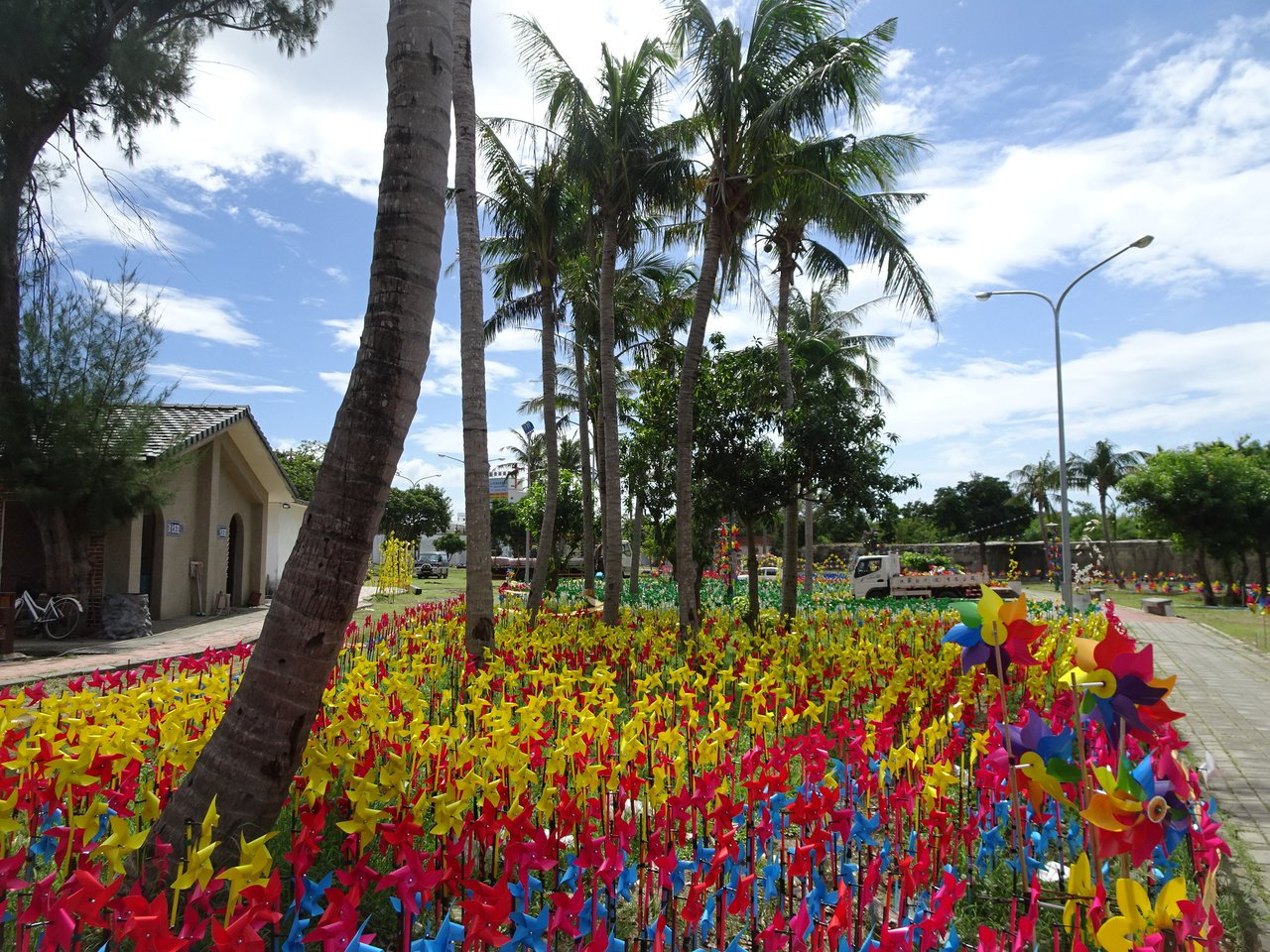 我愛恆春關懷協會辦「向日風車節」,在屏東縣恆春石牌古蹟公園「種」下數千隻風車,色...