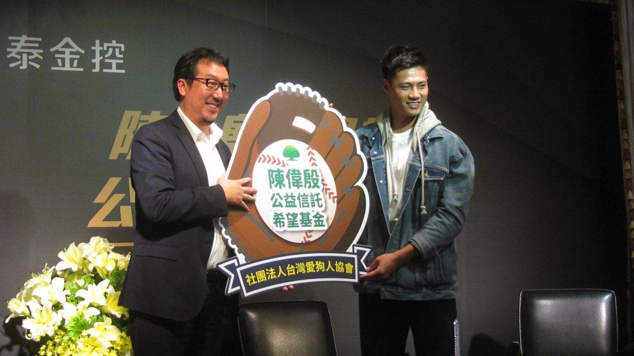 陳偉殷與知名慈善家邊中健一同出席公益記者會。記者葉姵妤/攝影