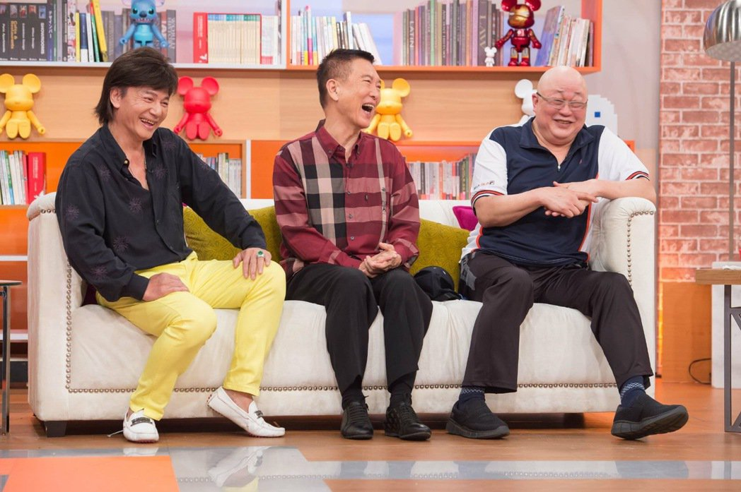 金超群(右起)、范鴻軒跟藍文青一起上節目接受訪問話當年。圖/TVBS 提供
