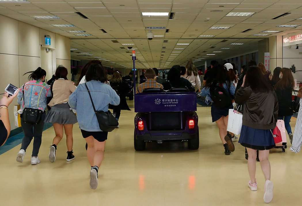 「防彈少年團」(BTS)傍晚抵台,七位成員上車後,粉絲們還狂追了約一百公尺才放棄...