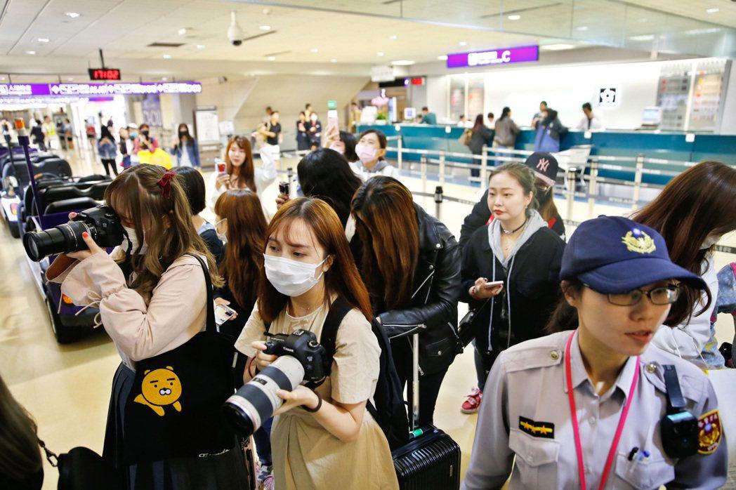 「防彈少年團」(BTS)傍晚抵台,雖然班機延遲一小時才抵達,但是管制區內很早就有...