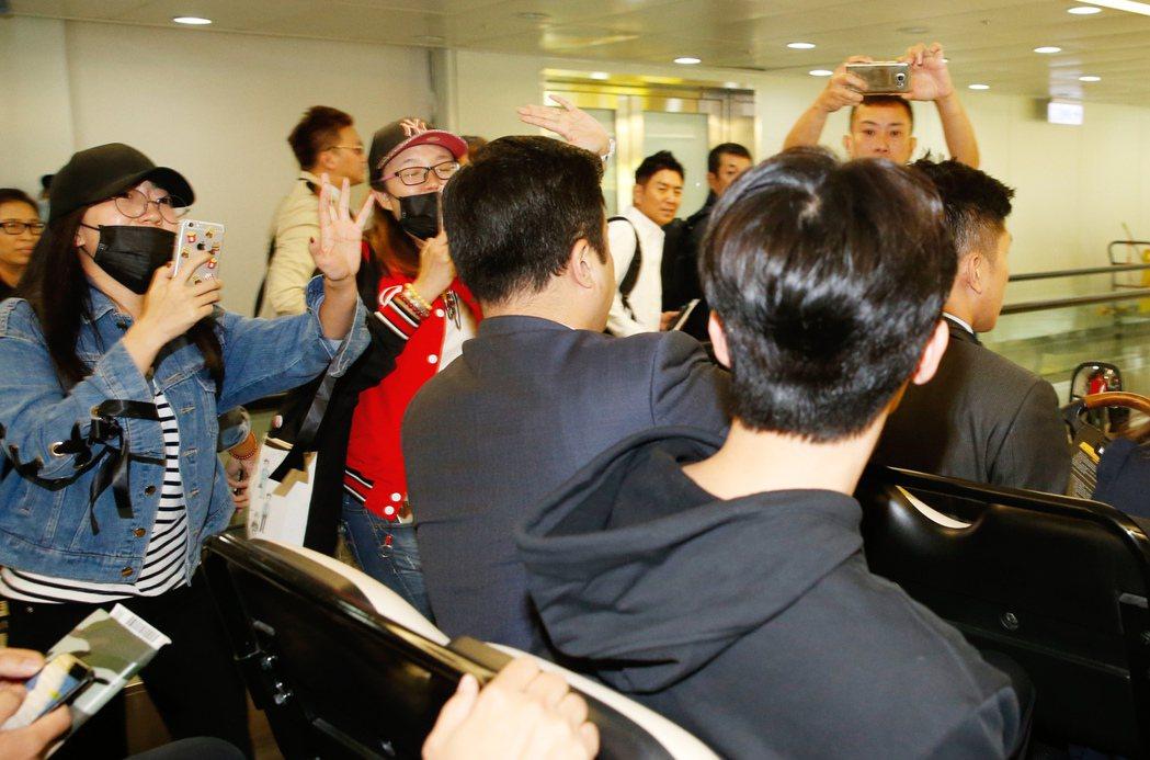 韓星朴敘俊傍晚首度訪台,管制區內有粉絲們迎接。記者鄭超文/攝影