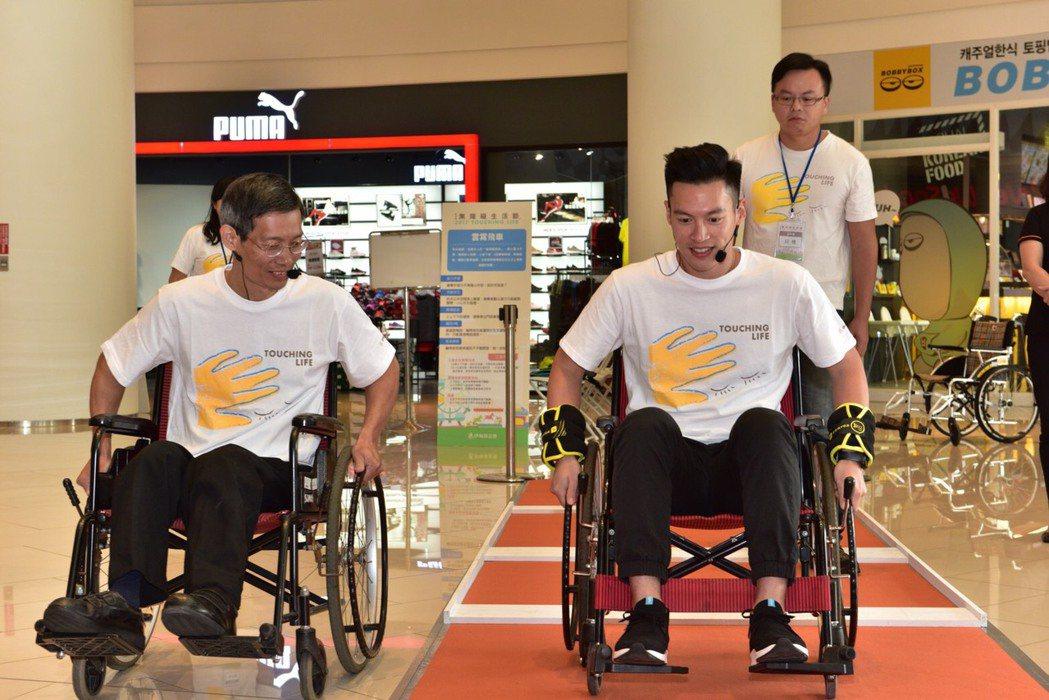 許孟哲(右)體驗用輪椅行走的感覺。圖/星恆娛樂提供