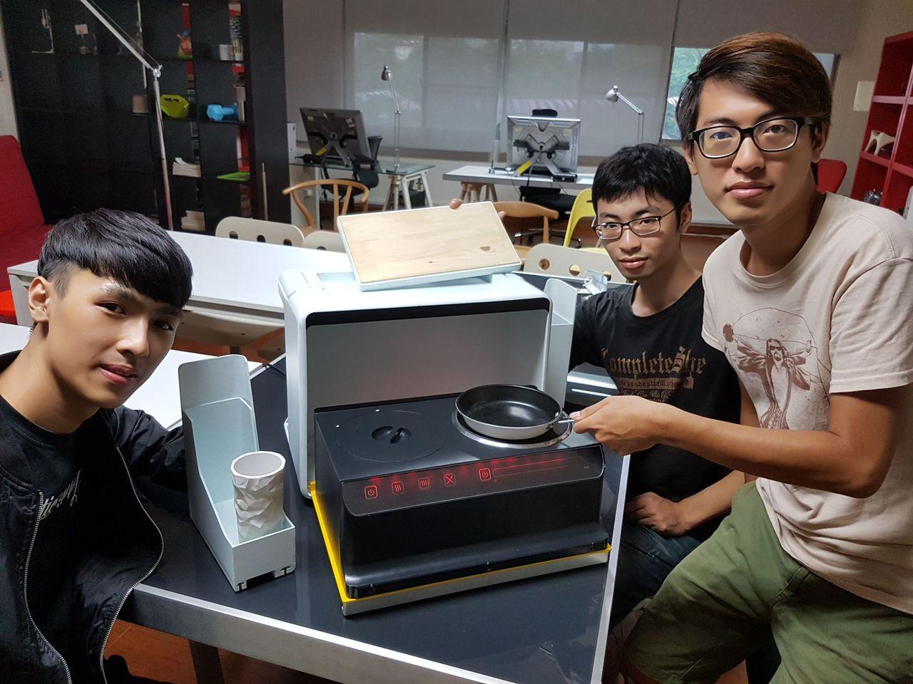 產設系學生研發的「攜帶式烹飪裝置」,將電鍋與電磁爐結合在一起。圖/樹德科技大學提...
