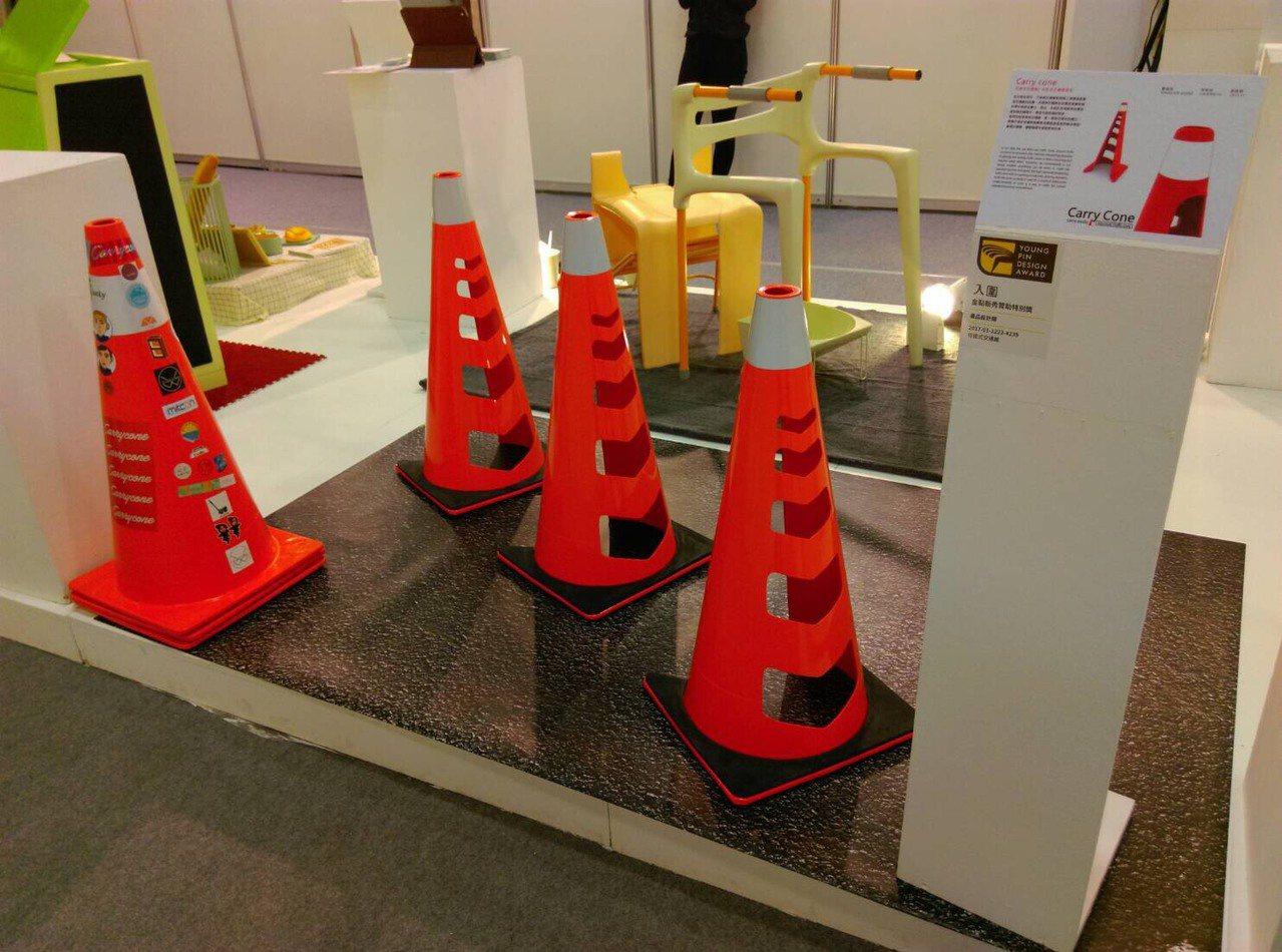 「可提式交通錐」獲得烏克蘭國際發明展銀牌獎肯定。圖/樹德科技大學提供