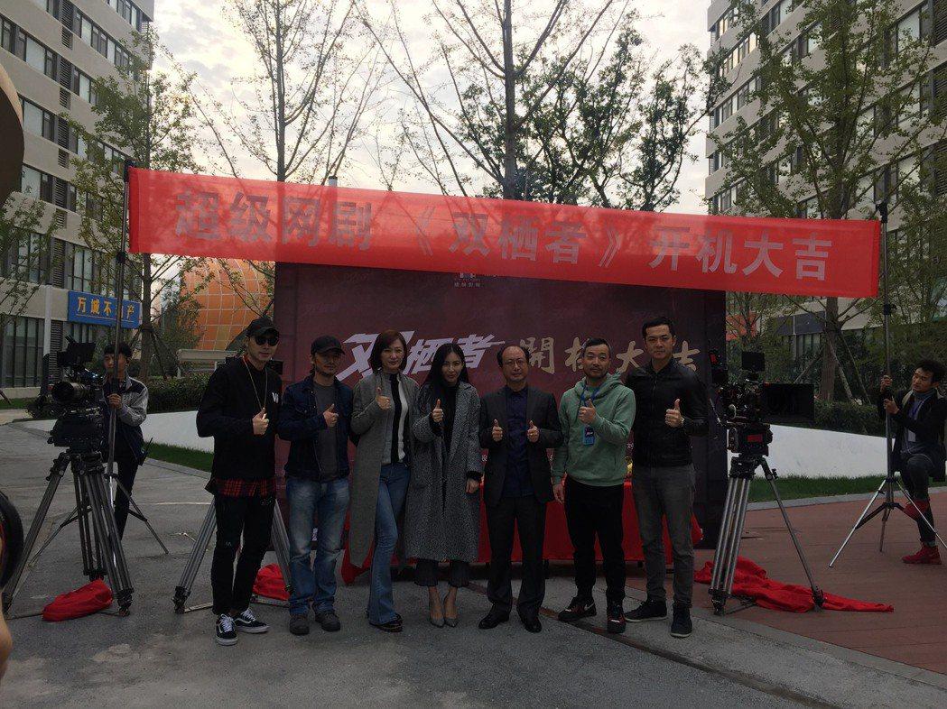 姚元浩(右)到青島拍攝網劇「雙棲者」。圖/傑星提供