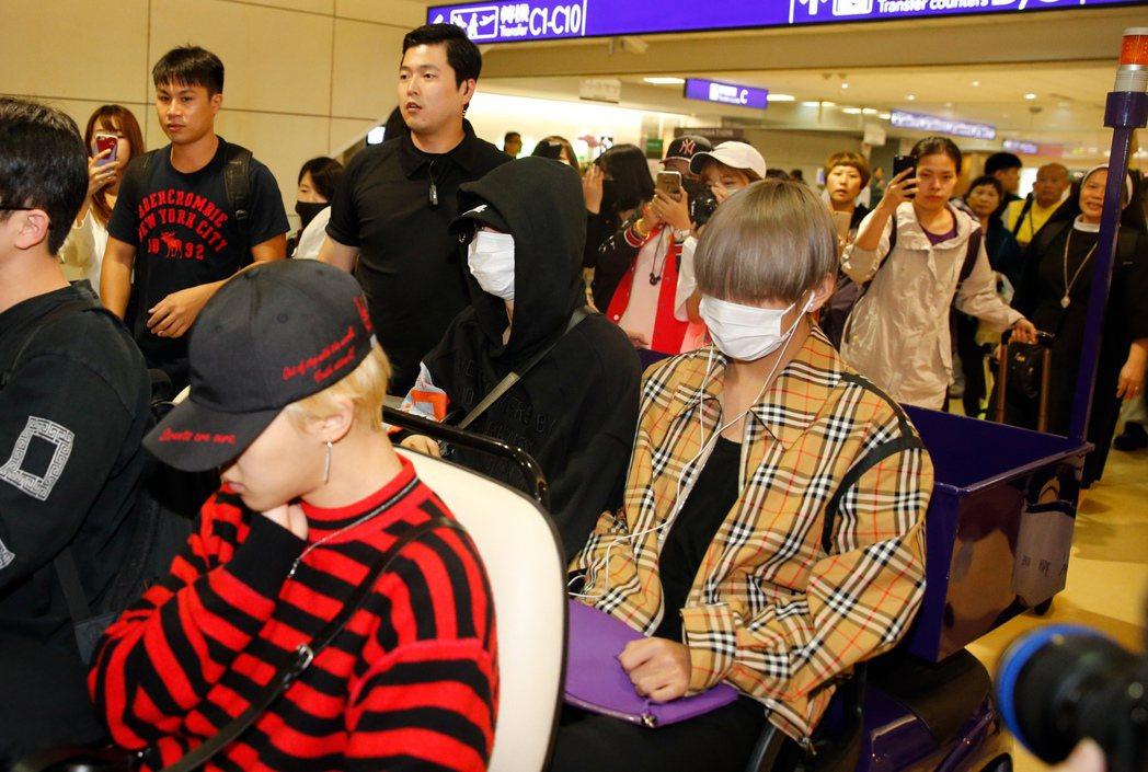 「防彈少年團」(BTS)傍晚抵台。記者鄭超文/攝影