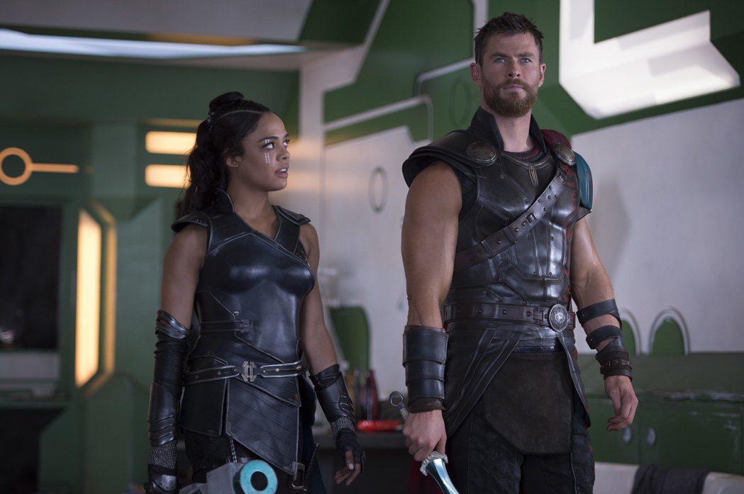 克里斯漢斯沃(右)所飾演的雷神索爾,這一回將與泰莎湯普森所飾演的「女武神」瓦爾基...