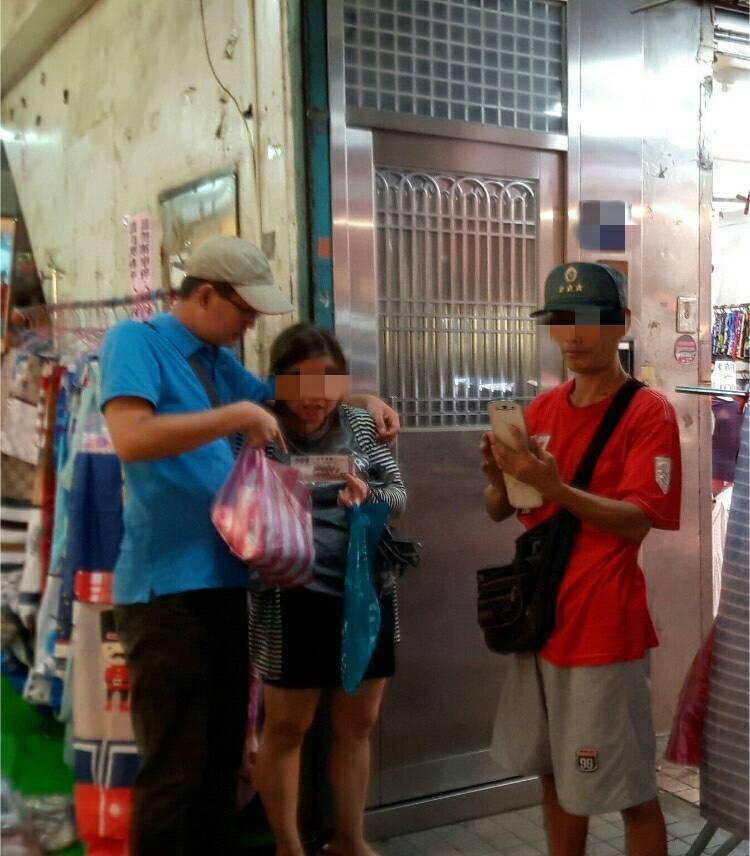 警方今天在市場當場逮捕重施故技使用假鈔的吳姓婦人。記者游明煌/翻攝