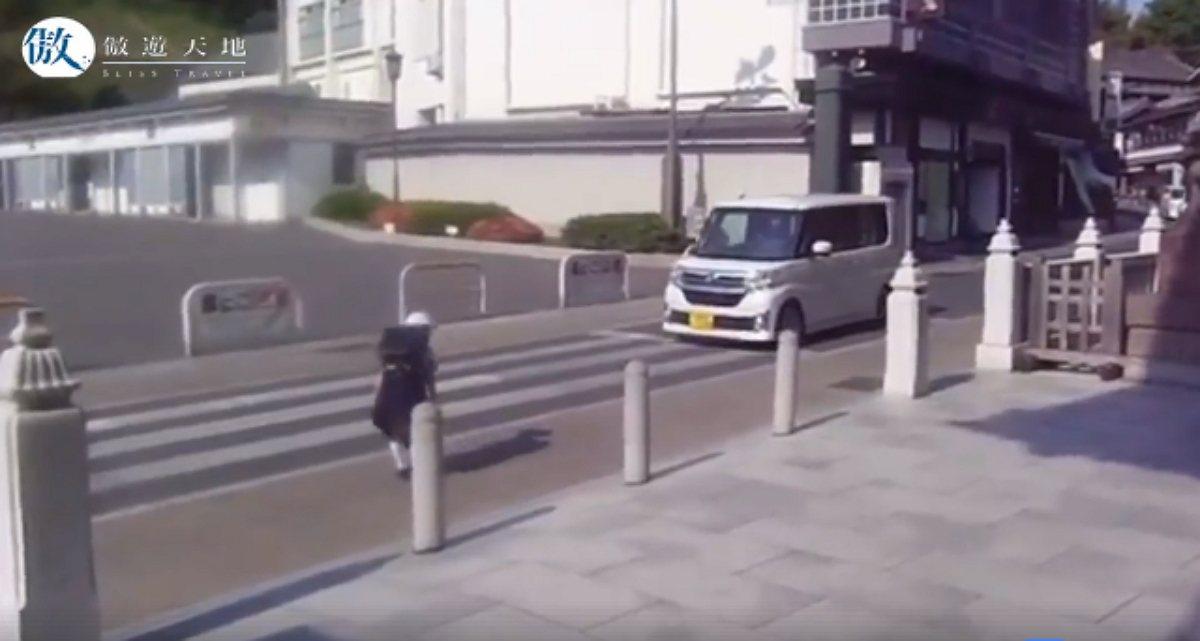 網路流傳一段短短的日本小學生過馬路的影片,汽車駕駛早早就停在路中,先讓小學生穿越...