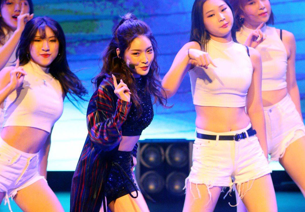 韓國女歌手請夏今晚在TICC台北國際會議中心舉行台灣粉絲見面會,使出混身活力熱歌...