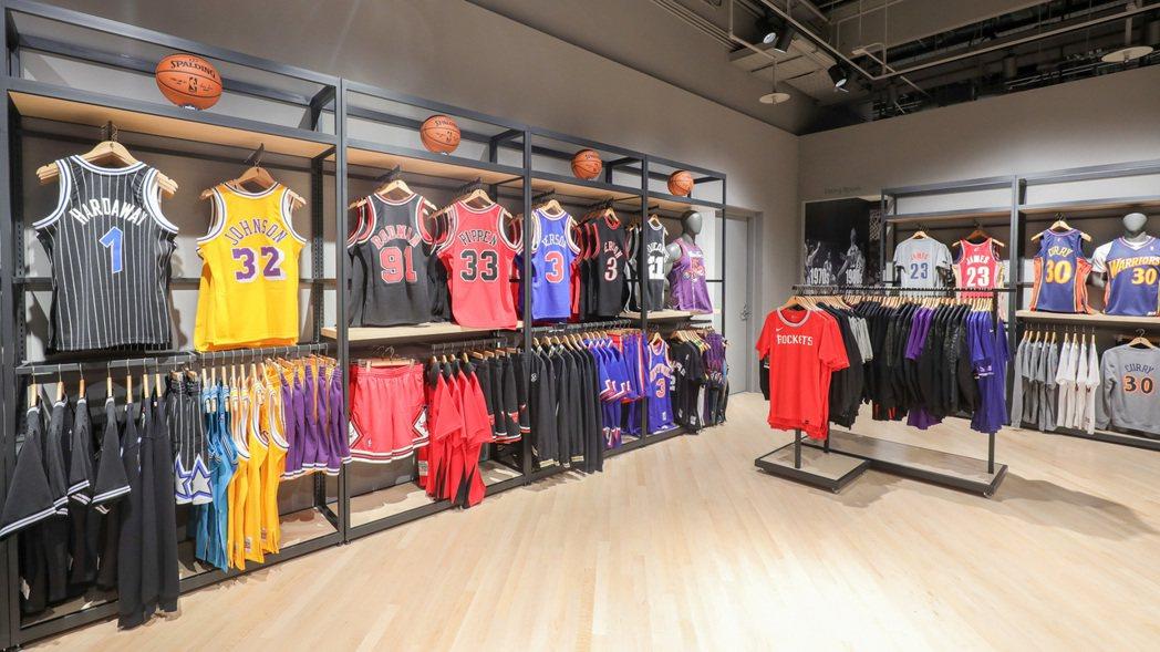 NBA Store台北旗艦店佔地超過200坪,將提供台灣NBA球迷最多元的選擇。...