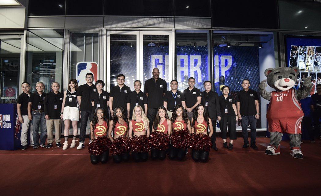 台灣首家NBA Store旗艦店今天在微風松高正式開幕,並請來傳奇球星哈波剪綵。...
