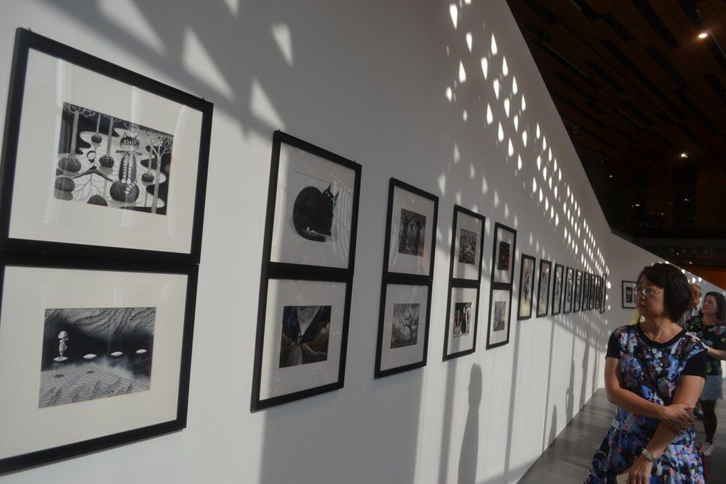 藝術家幾米、拉黑子與台南市後壁樹人國小舉辦聯展,讓美麗相遇。記者鄭惠仁/攝影