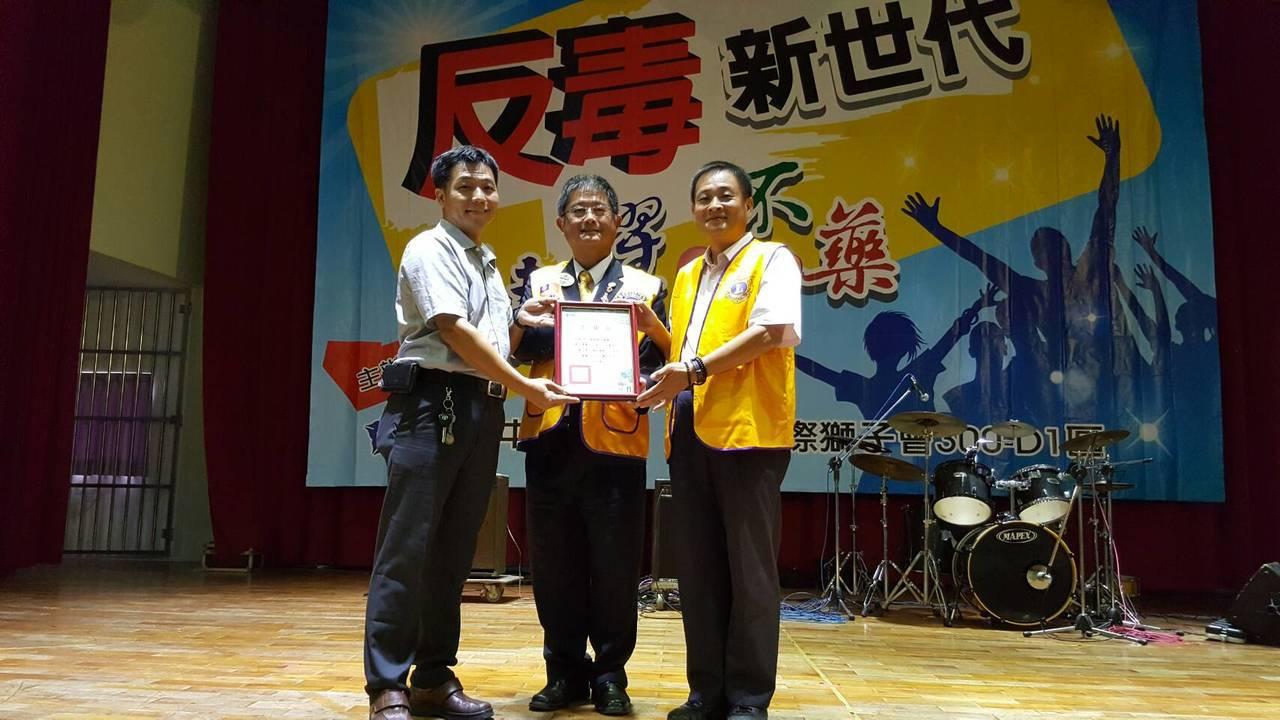陳文忠(右1)曾任獅子會300-D1區的會長,如今挺身擔任該區獅子會的反毒委員會...