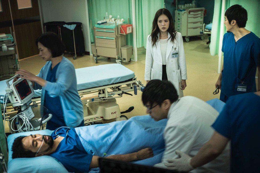 黃健瑋戲中昏倒躺床戲,悄悄對許瑋甯吐出內心話。圖/公視提供