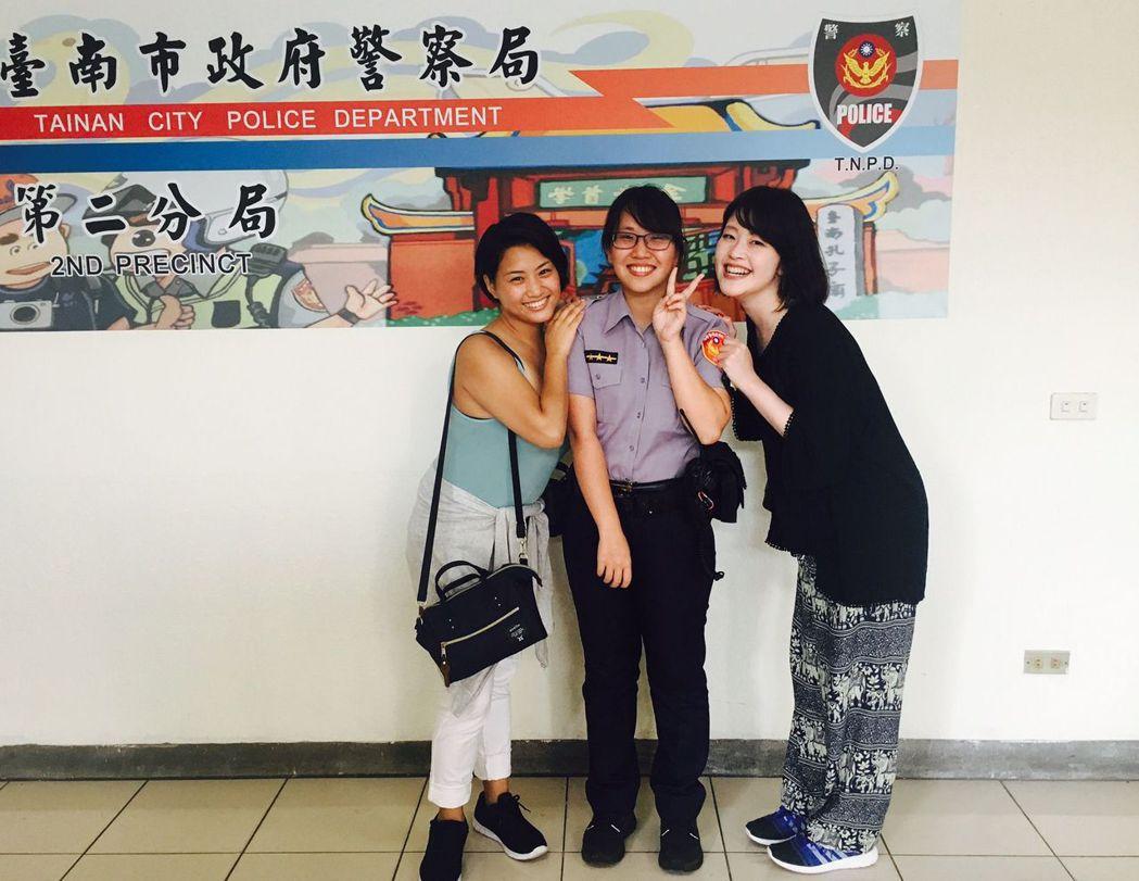 日籍遊客川松孝美(右)及友人首次來台4日遊,對台南警察服務熱忱與辦案效率,留下深...
