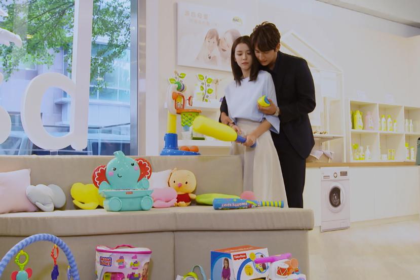李毓芬、黃仁德在戲中挑選嬰兒用品橋段。圖/東森提供