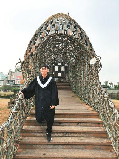 今年普考錄取者賴俊瑋為盡快獨立,讓爸媽提早退休,大四起準備國考,一整年都在圖書館...
