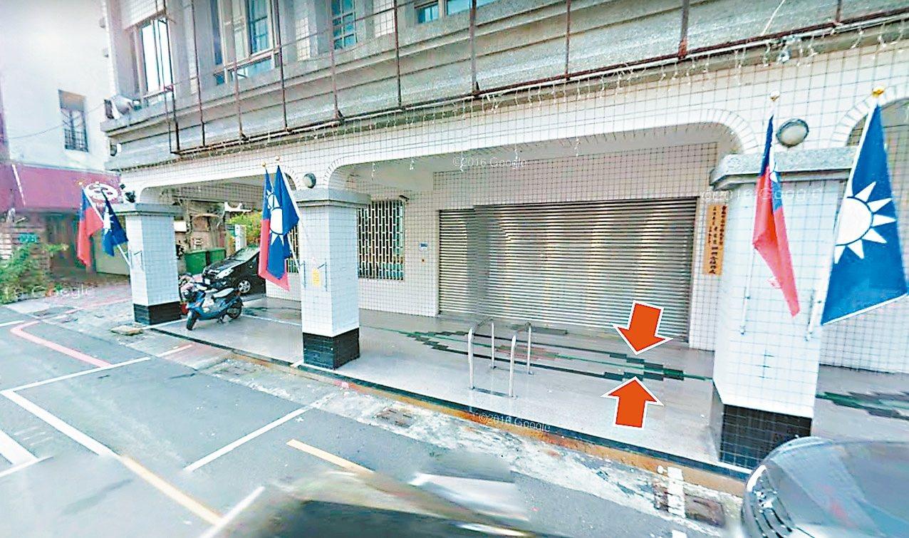 國民黨台南市黨部的騎樓因作為騎樓暢通示範區,日前被畫上綠色標線,國民黨議員認為黨...