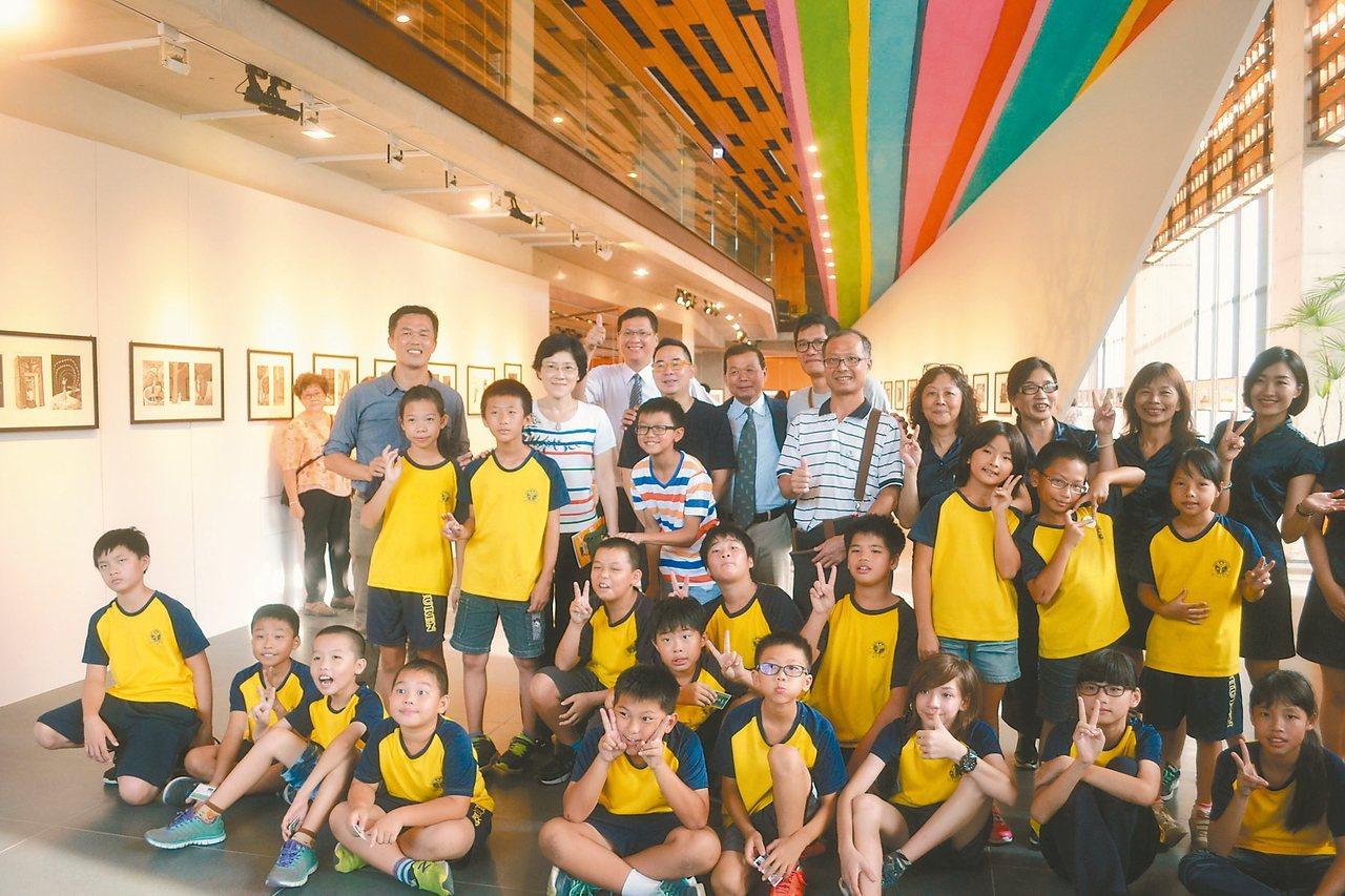 「許願.一個夢想」 畫家幾米、藝術家拉黑子與樹人國小小朋友昨起在府都建築文化館,...