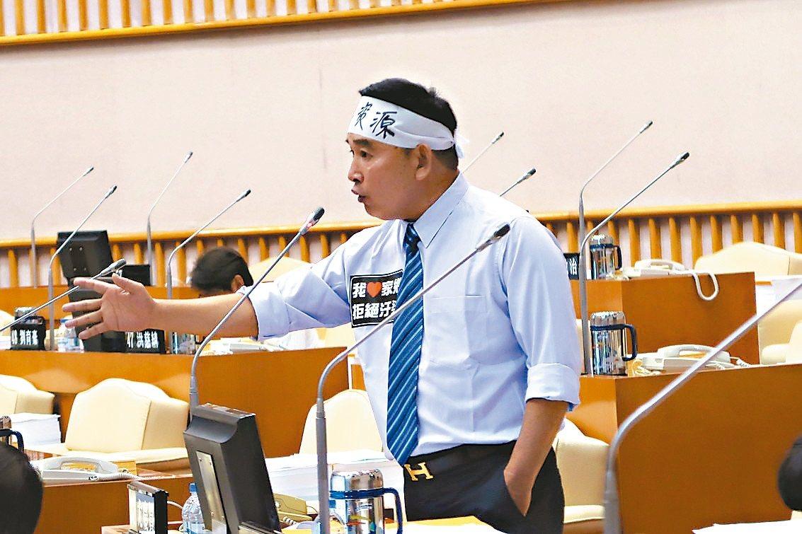 屏東縣議員尤慶賀昨天在議場上火力全開,痛批縣府把關過程太粗糙。 記者翁禎霞/攝影